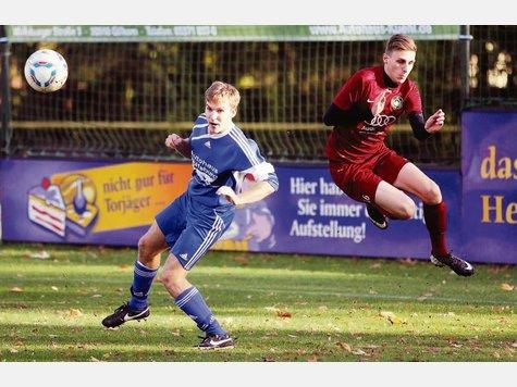 Fliegt zukünftig für TuS Bodenteich: Jan Bendig (rechts) wechselt nach dieser Saison vom VfL Wahrenholz zu den Blau-Weißen und stellt als Top-Verteidiger eine echte Verstärkung dar. Foto: Barrenscheen