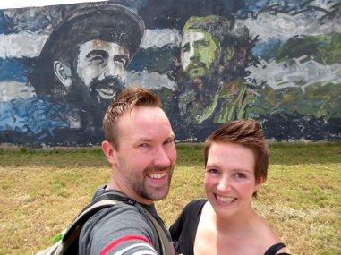 Wij bij één van de vele vele muurschilderingen van de helden van de revolutie. Matanzas