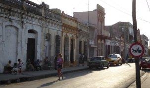Als de zon zakt, komen de mensen hun huizen uit voor een gezellig praatje met de buren. Cienfuegos