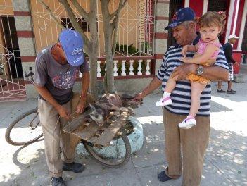 Bistec de Cerdo achter op de fiets. Las Tunas