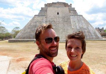 Wij bij de grote piramide van Uxmal Ruta Puuc