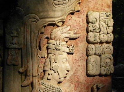 Mooie afbeelding van Kan B'alam op een pilaar bij Templo XVII. Palenque