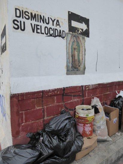 De heilige maagd Maria waakt zelfs over het afval. San Cristóbal de las Casas