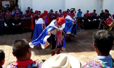 Lekker dansen op een lokaal feestje. San Lorenzo Zinacantán