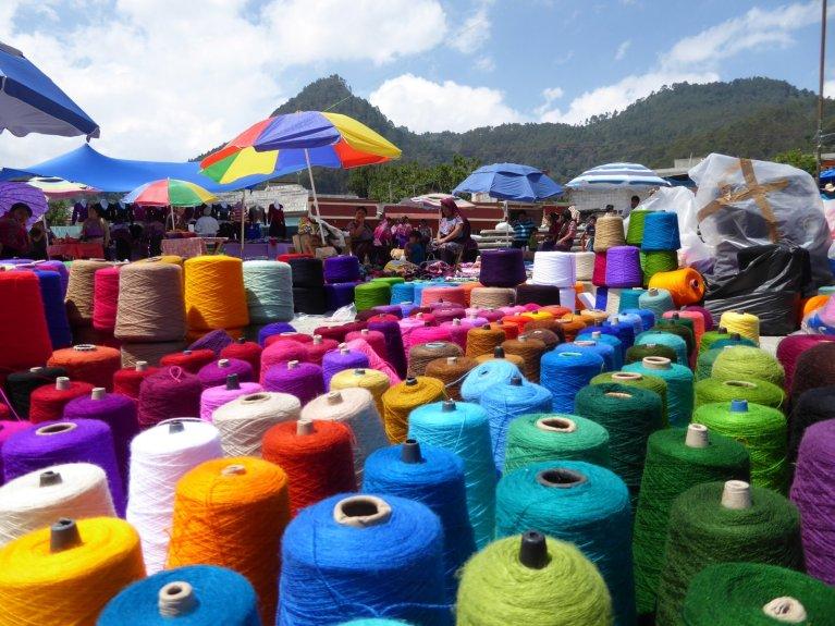 Kleurrijk garen voor kleurrijke kleding. San Lorenzo Zinacantán