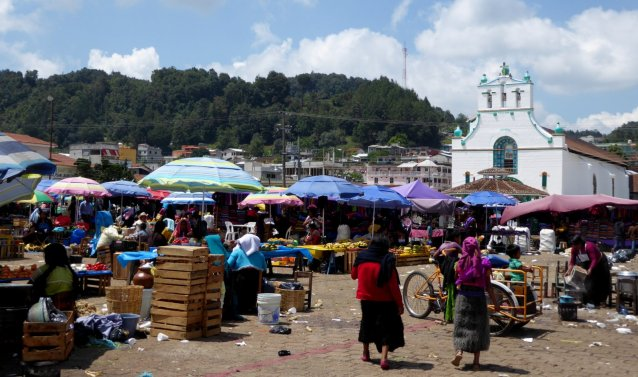 De chaotische markt van San Juan Chamula.