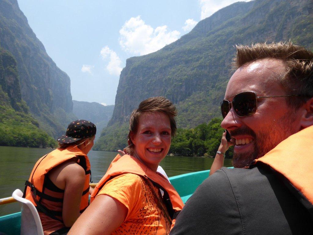Wij lekker warm met ons zwemvestje in de mooie kloof van Cañón del Sumidero
