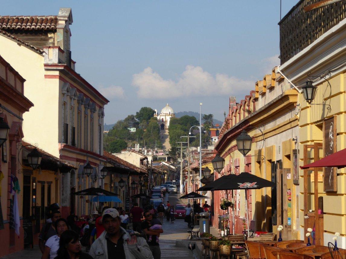 Mooi kerkje dat boven het straatbeeld uit torent. San Cristóbal de las Casas