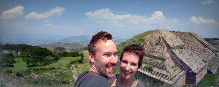 Hep'ie us op de ruïnes van Monte Alban.