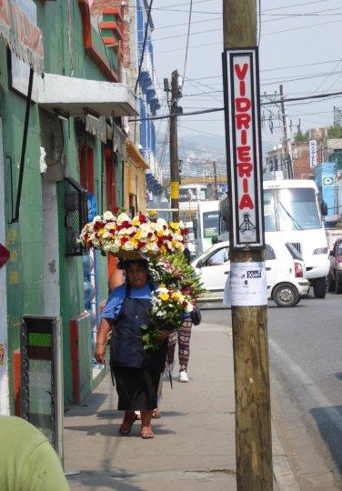 Ook hier dragen mensen dingen op hun hoofd. Net als in Azië ;-) Oaxaca