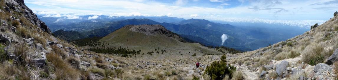 Nog 'even' het nogal steile DIY pad op handen en voeten naar de top. Tajumulco