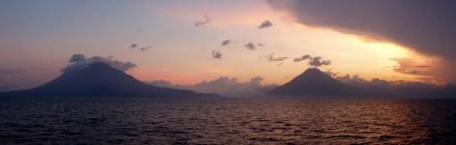 Zonsondergang bij Lago Atitlán.