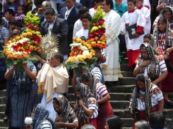 De kerk loopt uit in Santiago de Atitlán.