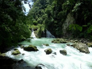 De watervallen onder aan de poelen van Semuc Champey.