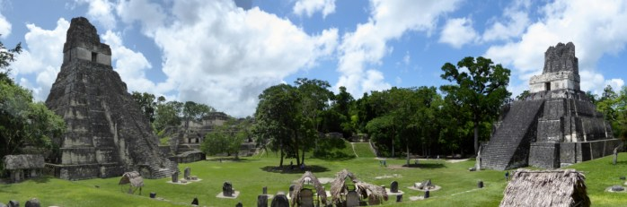 De spitse piramides op de gran plaza. Tikal