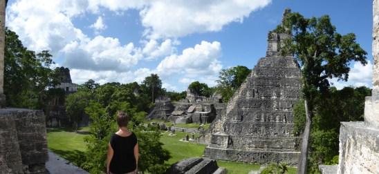 Elske bewondert de gran plaza. Tikal