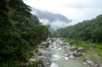 Rio Cangrejal met clouds en forest. Pico Bonito