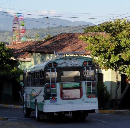 Met zo'n spoiler gaat de bus als een trein. Suchitoto