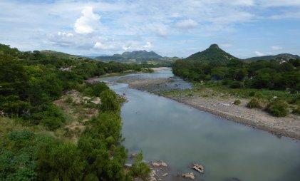 Niemand's rivier op de grens El Salvador - Nicaragua