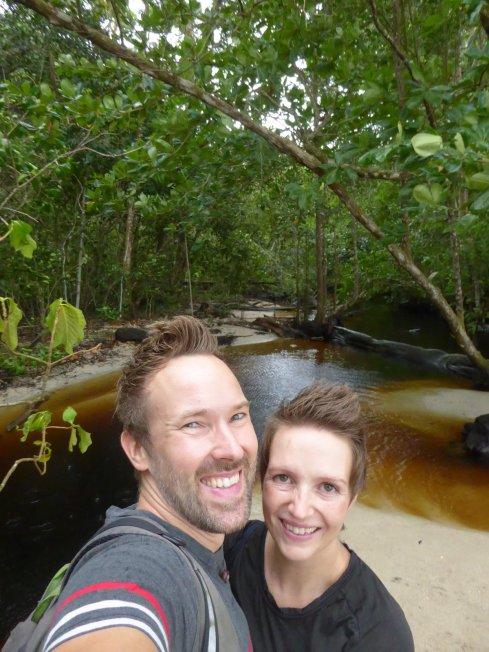 Hep'ie us bij de bruine Rio Perezoso. Parque Nacional Cahuita (Costa Rica)