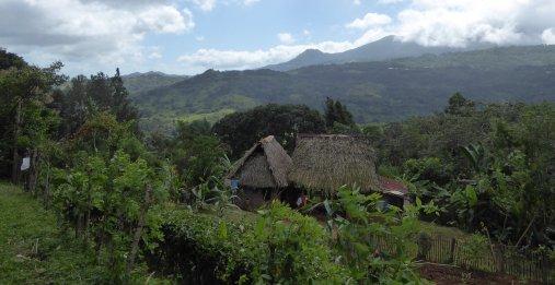 Leuk huisje met uitzicht. Wireless telefooncel. Onderweg naar Cascada de Bermejo. Santa Fé (Panama)