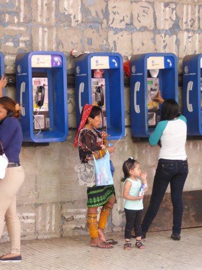 De telefooncel is ook nog hip hier. Panama City