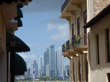 Leuk doorkijkje vanuit koloniaal Casco Viejo naar het moderne centrum. Panama City
