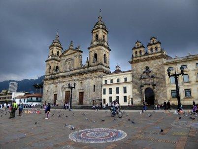 Als je niet op de muren mag schilderen ga je gewoon verder op de straat. Bogota (Colombia)