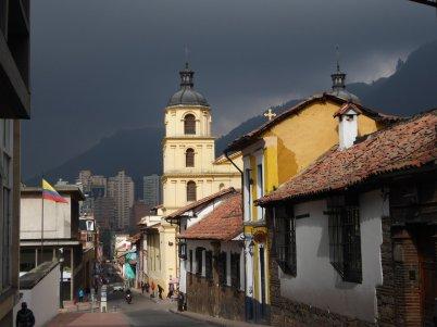 Monserrate is inmiddels nietmeer zichtbaar in die super donkere regenwolken. Bogota (Colombia)