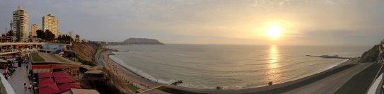 Zonsondergang bij het stadsstrand van Lima.