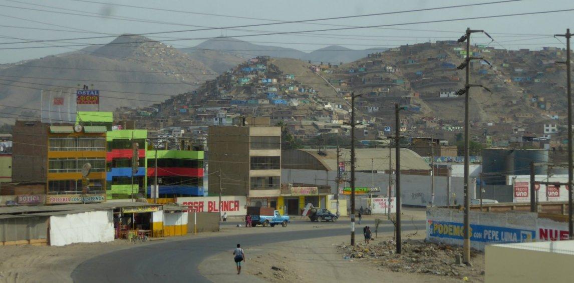 De woestijnbuitenwijken van Lima.