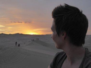 Elske geniet van de zonsondergang. Huacachina