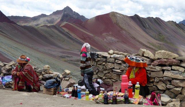 Natuurlijk kun je een koud biertje kopen op 5000+ meter. Rainbow Mountain