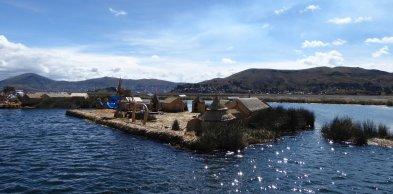Één van de drijvende eilandjes van Islas Uros.