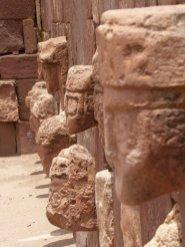 Een selectie van de 175 gezichten in 'the pit' van Tiwanaku ruïnes
