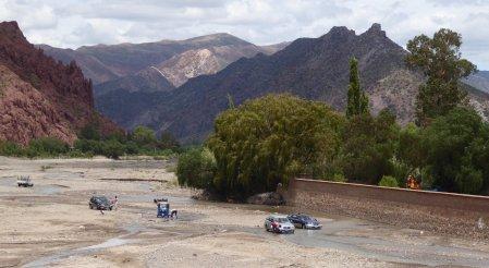 Auto's wassen doe je hier (en op heel veel plekken) in de rivier! Tupiza