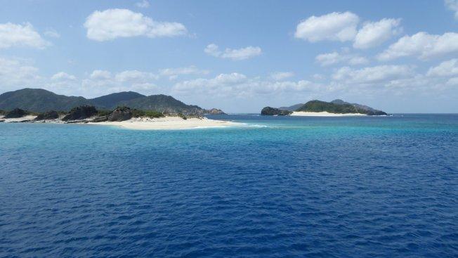 Blauwe lucht, blauwe zee en wit strand here we come. Op weg naar Zamami