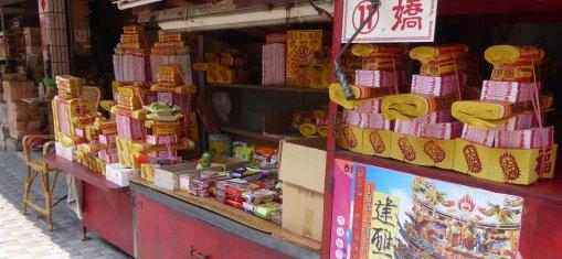 De stapels gele briefjes die gekocht worden om te verbranden in de tempel. Tainan