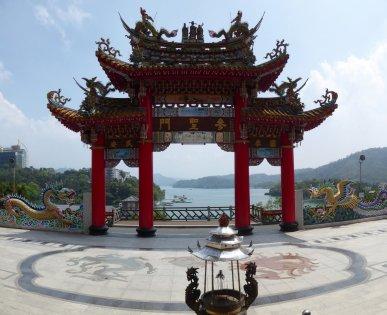 Leuk doorkijkje. Longfeng temple, Sun & Moon lake