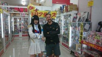 Personeel moet persé in een 'cosplay' kostuumpje. Fukuoka, Japan