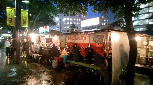 Net niet droog zitten in 1 van de Yatai straat eet tentjes in Fukuoka. Japan