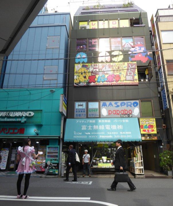Verdwaalde zakenman in animerijk Akihabara. Tokio, Japan