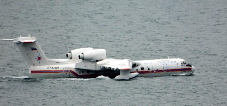 Самолет Амфибия Бе-200 в Геленджике 12 апреля 2019 года.