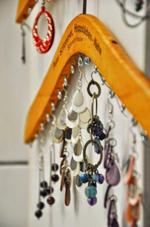 des-clous-dans-un-cintre-pour-les-bijoux