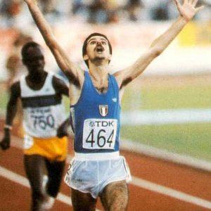 Alberto Cova esulta incredulo all'arrivo, in prima posizione, della 10km