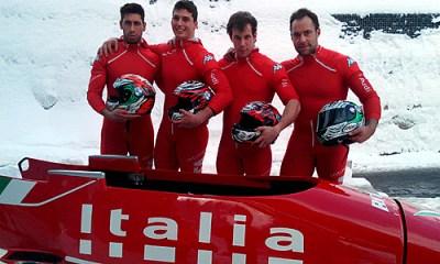La squadra di bob a quattro italiana in posa