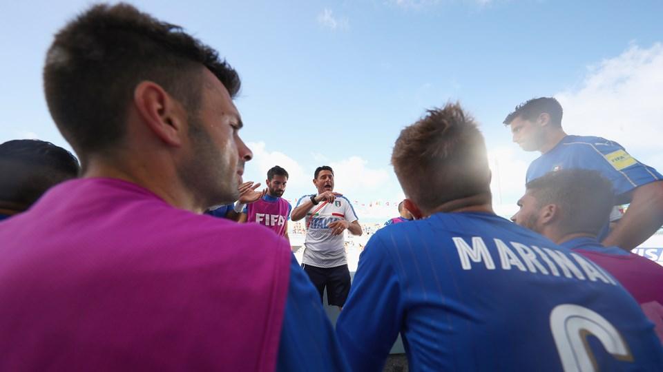 Gli azzurri della nazionale di beach soccer ascoltano le direttive di coach Agostini
