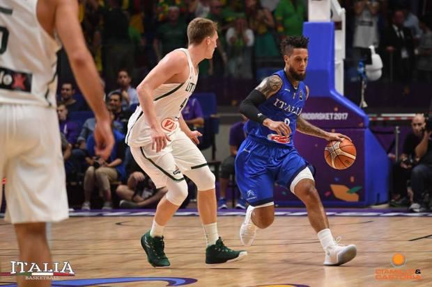 Hackett in un'azione contro la Lituania agli Europei di basket 2017 (