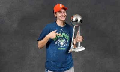 Cecilia Zandalasini fotografata con il trofeo WNBA