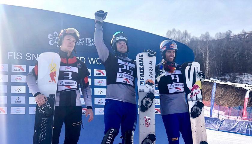 Daniele Bagozza festeggia la vittoria della tappa in Cina della Coppa del Mondo di snowboard 2019